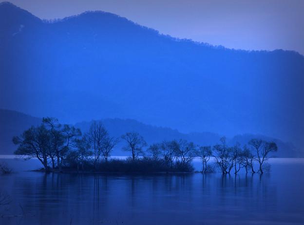 写真: 夜明け前(檜原湖)