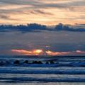 写真: 朝日は再び雲の中へ