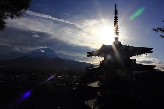 写真: 後光の中の富士山と塔(横Ver.)