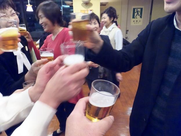 写真: 指揮者と乾杯~♪