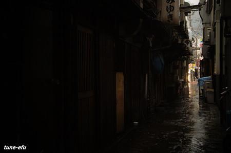路地裏に雨