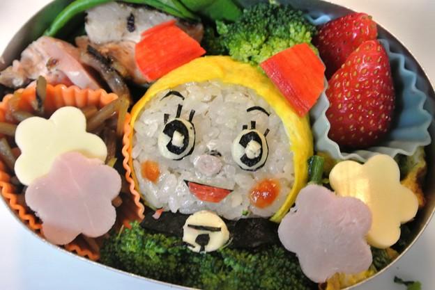 写真: ドラミちゃんおにぎり弁当