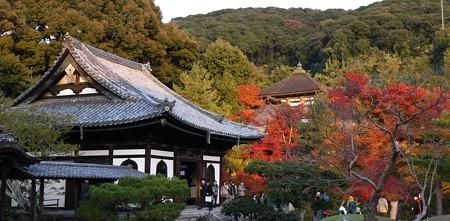 開山堂と紅葉の山