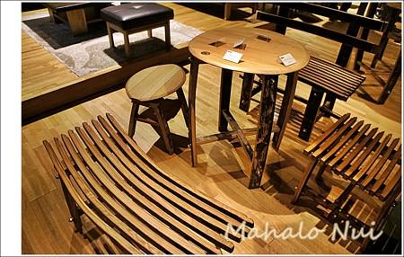 店頭にはウイスキーの樽で作られた家具が