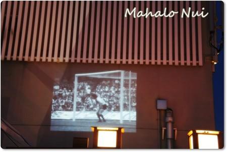 昔のサッカー映像が壁に映し出されます