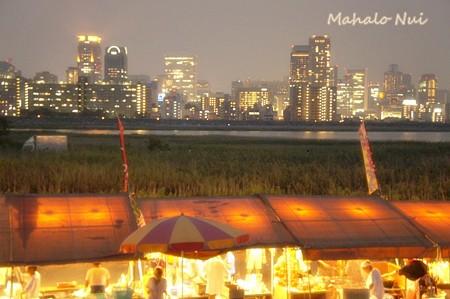 夏の夜夜景と屋台の共演