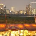 写真: 夏の夜夜景と屋台の共演