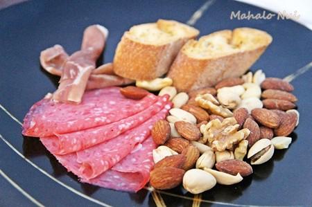 前菜のハムとナッツの盛り合わせ