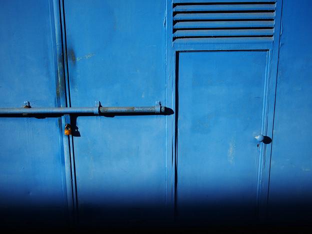 写真: 青いガレージ