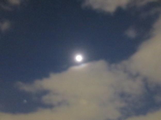 天空に満ち…てない月