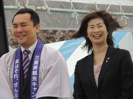 三重県知事の鈴木英敬さん(左)。