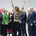 写真: プーチン大統領、おっぱい襲撃されビックリされます田www