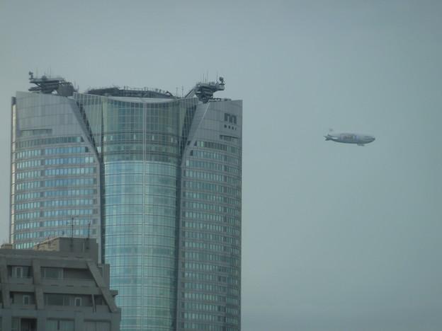 写真: 六本木ヒルズと飛行船