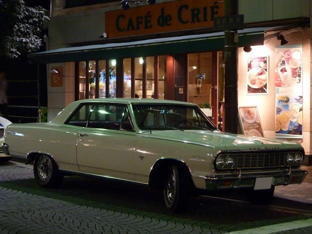 写真: 夜のカフェ前に停まる外車
