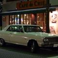 Photos: 夜のカフェ前に停まる外車