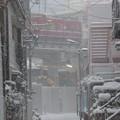 雪降る路地