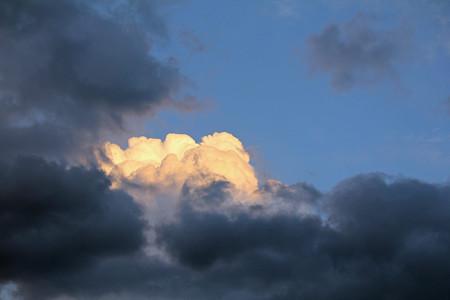 夕日に光る入道雲
