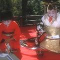 写真: (2) 夕霧太夫と禿(かむろ)