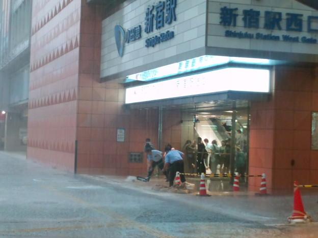 新宿駅でゲリラ豪雨なう。小...