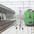 吹雪く函館駅