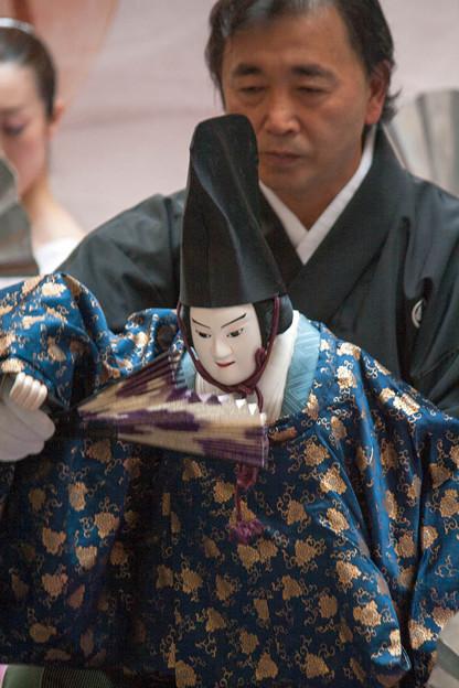 写真: 八王子車人形の家元、西川古柳氏が人形を遣う