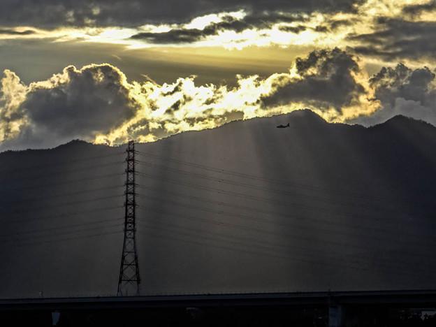 鉄塔のシルエットと「天使の梯子」と飛行機と雲