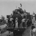 蒸気機関車に群がる子供たち