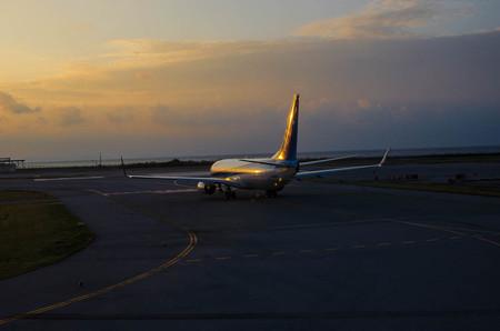 夕陽を浴びて離陸