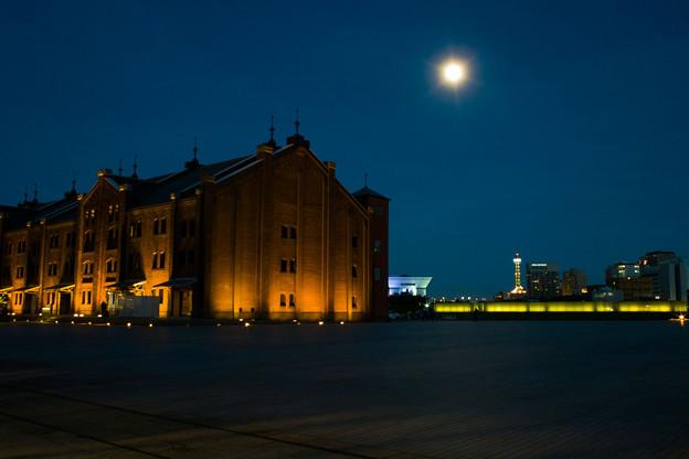 赤レンガ倉庫と夏の月
