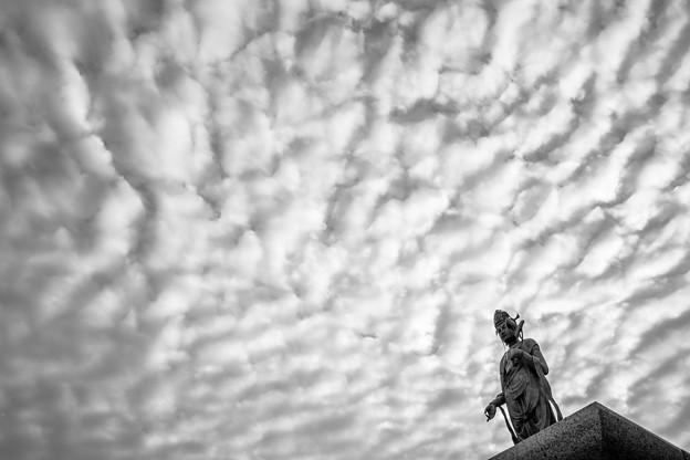 Photos: うろこ雲を従える観音様2