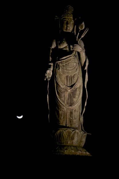 闇の中の大谷観音と月2011/3/9-3
