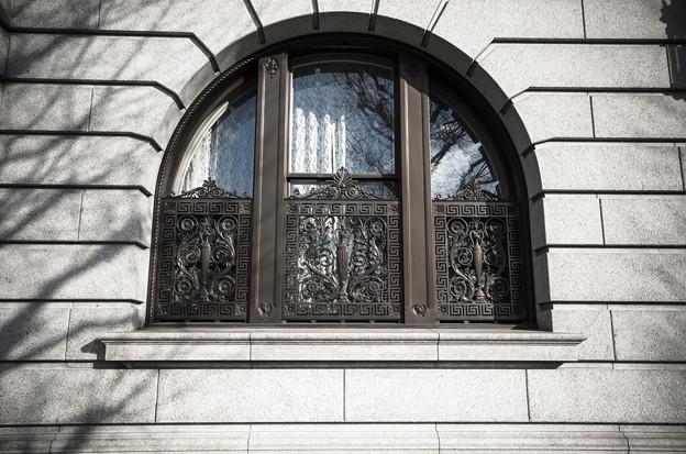 窓も厳めしい