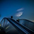空の青さに同化するエスカレーター
