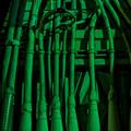 緑色に照らされた配管