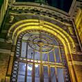 横浜開港記念館の重厚な窓