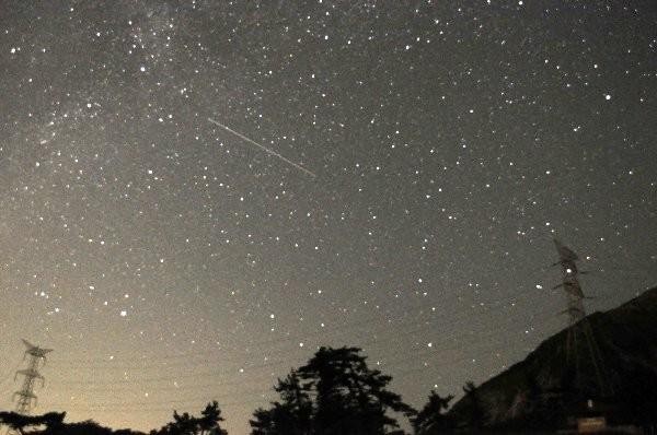 写真: ペルセウス座流星群 人工衛星