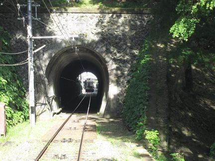 このトンネルを抜けると…