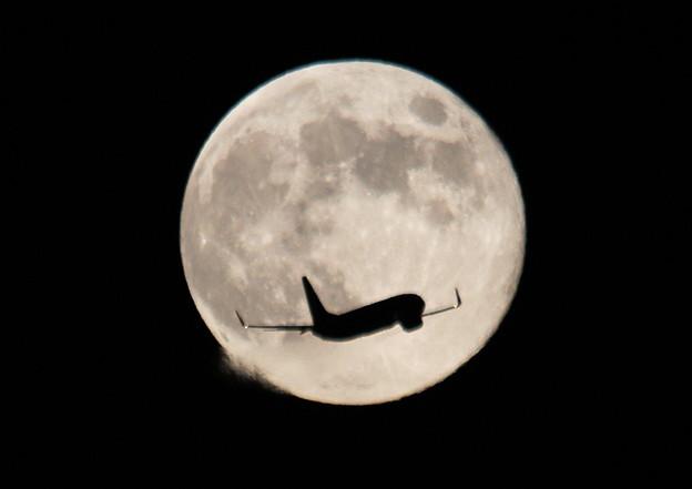 満月と飛行機