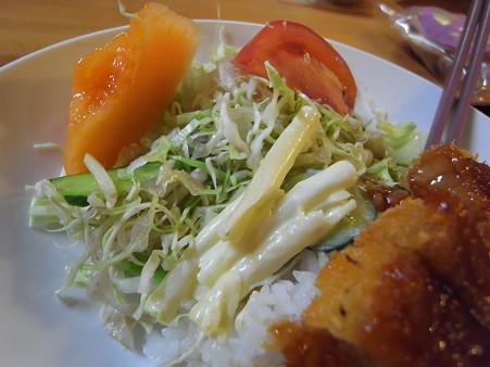 和可山食堂 ソースカツ丼 汁付き サラダの様子