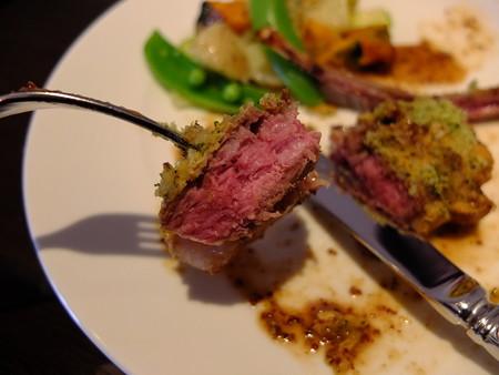 ラ ファミーユ スユクル オーストラリア産 仔羊のポワレ 香味パン粉焼き 肉アップ2