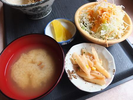 居酒屋 笑ちゃん 三色丼 副菜の様子