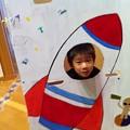 写真: ロケットに乗って