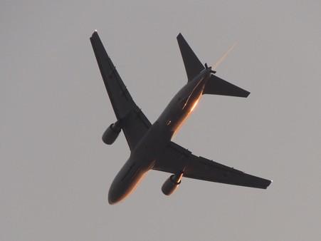 夕日を浴びる空中給油機