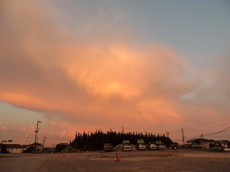 南空に湧き上がる朝焼け雲