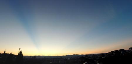 夜明け前の光芒パノラマ2