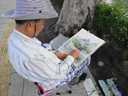 丸亀城を描く老画家