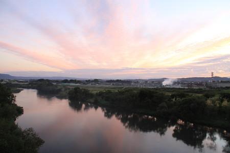 広がる朝焼けと矢作川