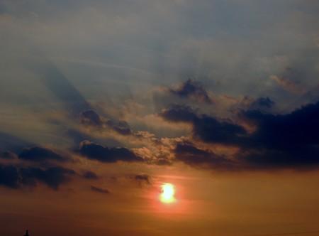 夕陽の黒光芒