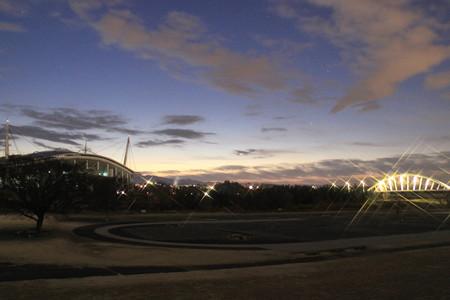 夜明け前の豊田スタジアムと久澄橋
