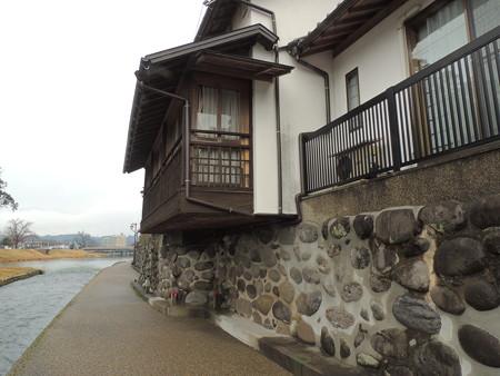川石の石垣と民家